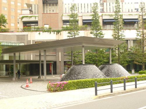 ガーデンエアタワー正面入口(外側から)